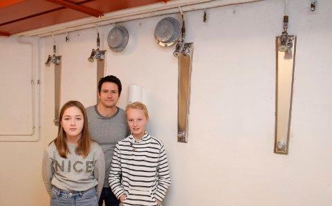 TO AV FEM: Bare to av fem dusjer virker i guttegarderoben ved gymsalen på Toso skole, viser SU-leder Per Sørensen og elevene Helene Sevaldrud og Tinius Wingar-Elnes.