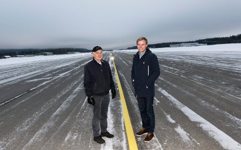 LYSER OPP FLYSTRIPA: – Dette gir økt sikkerhet og nye muligheter, sier Eivind Bjørntvedt (til høyre) og Ola Tronrud i Eggemoen Utvikling AS.