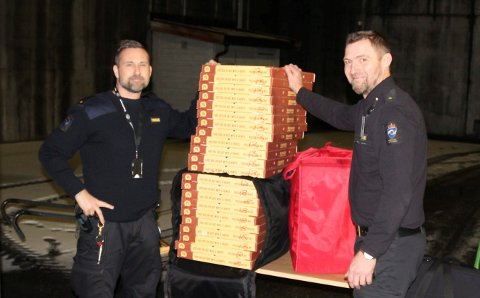 SERVERING: Fengselsbetjentene Kjell Marius Jøntvedt og Trond Lundestad serverte 100 pizzaer til de innsatte i Ringerike fengsel.
