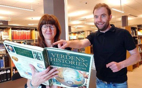KLARE FOR QUIZ: – Neida, du trenger verken å pugge leksikon, atlas eller kunne alle byene i Belgia for å delta på quizen på biblioteket, forsikrer quizmaster Håvard Krågsrud. Her sammen med biblioteksjef Wenche Nyaas.