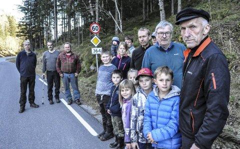 Må ta Veigrep: Folk i Hovin står samlet om kravet om asfalt på fylkesveien gjennom bygda. - Det dårlige vedlikeholdet går på trafikksikkerheten løs, mener Ole John Hostvedt og Gunleik Høyset (t.h).