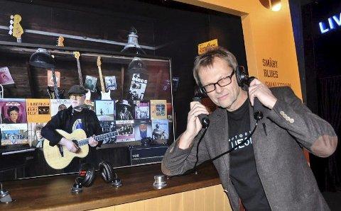 Håper på NIA: Espen Fjelle i Notodden Blueseum mener blues og industri hører sammen. Nå søker han om sammenslåing med Industriarbeidermuseet. I bakgrunnen Trond Ytterbø. (foto Telen)