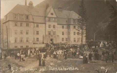 MUSIKK: I og utenfor Egnehjembyens hotell - Mandheimen  - var det liv og røre . Her er RJO på besøk på «Mannaheimen» - Rjukan Janitsjarorkester. (postkort Thor Stensrud /tinnkort.net)