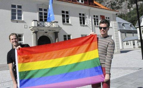 FLAGGET ÉN GANG: Bildet er fra da Kenneth Pedersen og Wegar Berg Gundersen kom til Rjukan med flagget som daværende ordfører Bjørn sverre Birkeland sa ja til å bruke på Torget under Prideparaden til Gaustatoppen i 2017. Men kommunen vil ikke kjøpe inn sitt eget  regnbueflagg.
