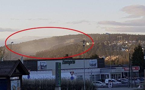 STØVTÅKE: Slik så det ut ved Vardeåsen på Skedsmokorset søndag kveld. Det RB-tipseren trodde var tåke over Skedsmo Pukkverk viste seg å være en massiv støvsky fra anlegget. Når det blåser fra nord dekkes Heksebergåsen av glitrende støv, sier han. FOTO: Tips@rb.no