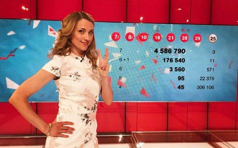 LOTTO: Programleder May Lisbeth Midtgård Myrvang kunne glede tre spillere med Lotto-millionærstatus i kveld.