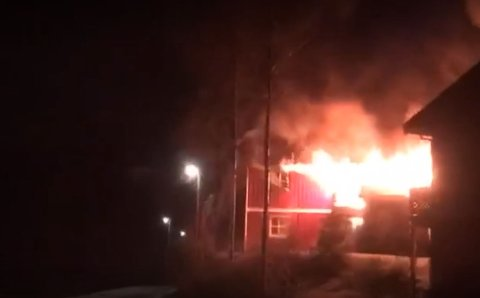 DRAMATISK: Lisa Le ble vitne til brannen på Sørumsand tirsdag kveld. Hun beskriver noen hektiske minutter.