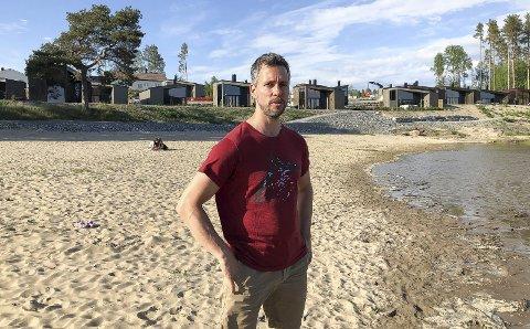 Nes Strandhager: Geir Nilsen bestilte sin hytte allerede for to år siden. I mars i år fikk han nøkkelen, og nå går turen fra Lillestrøm og til Glommas bredd titt og ofte. Foto: Kari Gjerstadberget