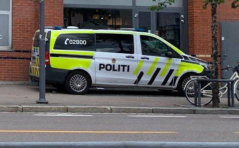 LETTE: Politiet sendte patruljer til området rundt skolen i et forsøk på å fange opp de mistenkte gjerningspersonene.