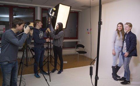 FOTOGRAFENE: Obscura UB satser på foto go video, og tar oppdrag for både private og næringsliv. Thea Berntsen og Christian Bøe Eriksen benyttet sjansen til å bli fotografert av Truls Jonasson. Joakim Nergård og Fanny Sikström styrer lyset.