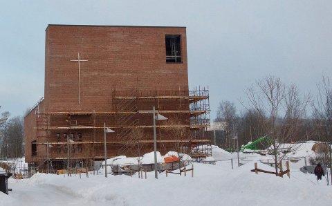 Stilaset tas av og den nye kulturkirken på Spikkestad trer fram. Det blir åpning i slutten av mai.