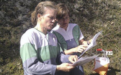 BEGYNTE SOM VOKSNE: Ida Syversen og Eva Syversen begynte med orientering i voksen alder og har hatt mye glede av idretten. Foto: Torgeir Strandhagen
