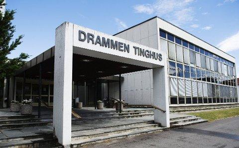 VOLD OG TRUSLER: En kvinne måtte møte i Drammen Tingrett i desember, tiltalt for gjentatte ganger å ha slått, sparket og truet offentlig ansatte som forsøkte å hjelpe henne.