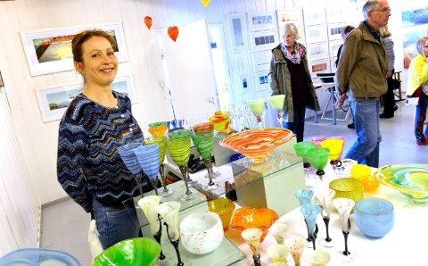 GODT MED VARER:  Glasskunstner Irene Harvik har vært med under påskeutstillingen i Stavern mange år.  Hun har produsert siden nyttår for å ha med seg brukskunsten sin på utstillingen. - Nå har jeg mange varer på lager, sier hun. ARKIVFOTO: ØP