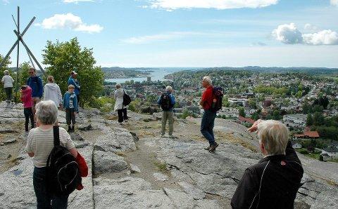 FINESTE UTSIKTEN I FYLKET?: Mange tar turen til «byens tak» på Mokollen i Sandefjord, og veibokredaktør Per Roger Lauritzen har dette som en av sine favoritter i Norge. (Arkivfoto: SB)