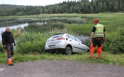 BERGING: Viking måtte trekke bilen opp fra vannkanten.