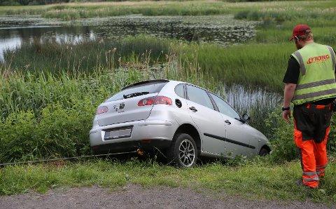 OPP AV VANNET: Bilen fikk heldigvis bare moderate skader i uhellet.