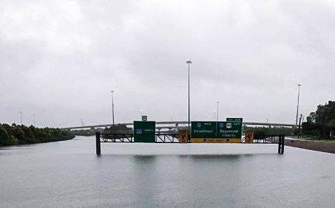 INGEN FRAMKOMMELIGHET: Mens regnet fortsetter å bøtte ned i Houston stiger vannstanden jevnt. Dette er tatt fra motorveien i den østlige delen av byen lørdag morgen.
