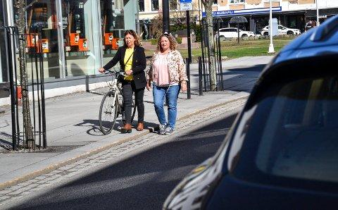 Karin Virik (V) og Hilde Hoff Håkonsen (Ap) vil øke bruken av sentrum, og handel, gjennom mindre bilbruk.  Da blir det feil å utvide gratisparkeringen, sier de.