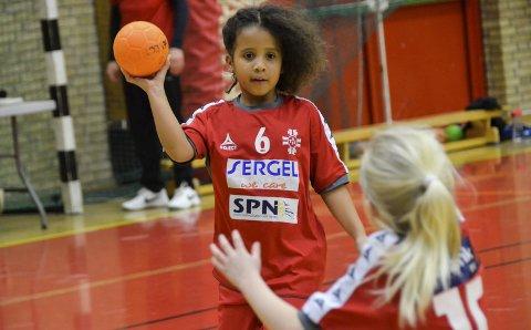 Ivrig: Pernille Olafsen (7) har kun spilt håndball siden i høst, men hun har allerede blitt en svært ivrig håndballspiller. Lørdag var hun blant de mange barna som var med i turneringen i Jotunhallen.