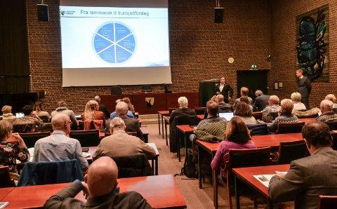 BUDSJETT: Rådmann Bjørn Gudbjørgsrud og økonomisjef Øyvind Wøllo presenterte budsjettet for de folkevalgte tirsdag.