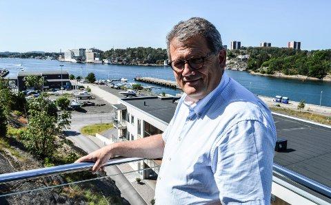 JOBBEN: Fra vestterrassen i sjette etasje på Framnæs kikker Morten Fon over til kontoret i fjerde etasje i «gamlebygget» (nærmest) på Gimle. Det nye kontoret i syvende etasje i ett av nybyggene blir også synlig hjemmefra.