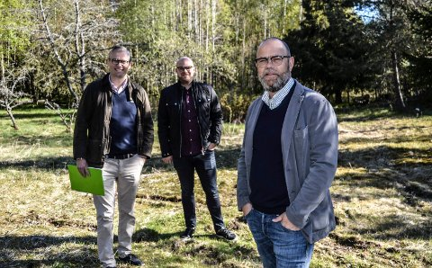 UTBYGGING: Børre L. Brekka representerer tiltakshaver ved eneboligprosjektet i Neskroken 5 og 7 på Helgerød. Håkon Tappeluf (t.v.) og Andreas Bjønnes fra Krogsveen er tidlig på som rådgivere.