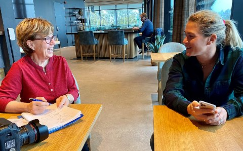 """PÅ JOBB: Sats på seniorene i arbeidslivet, sier Mette Bugge i sin nye bok. Her intervjuer hun golfesset Suzann """"Tutta""""  Pettersen for Aftenposten."""