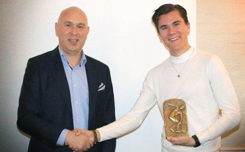 SATT PRIS PÅ: Kenny Rettore sto for overrekkelsen da Jakob Ingebrigtsen ble tildelt utmerkelsen. Foto: Privat