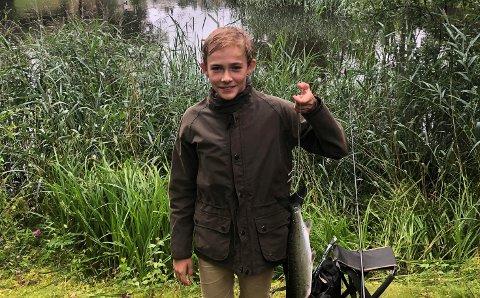 Torsdag ble det flere laks i Sandvedparken da sønnen Magnus fikk denne på kroken.