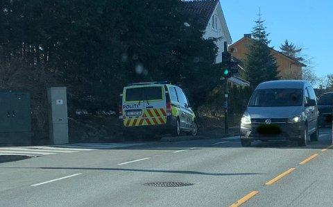 Politiet var på plass i Oalsgata mandag ettermiddag.