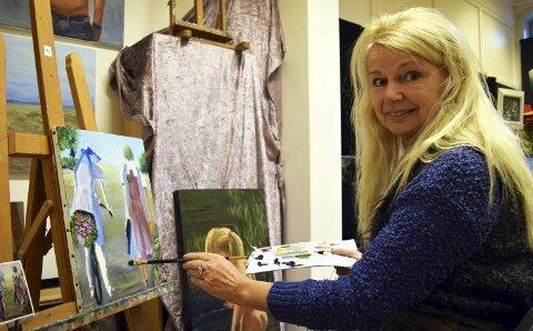 Sonja Nilsson er en av flere lokale kunstnere med atelier i A-porten Kunsthus Sarpsfossen i St. Marie gate 2. Lørdag 5. november åpner den årlige novemberutstillingen der. Utstillingen kan oppleves også neste helg. (Foto: Kjetil A. Berg)