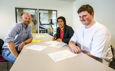 KONTRAKTER: Fredag formiddag skrev Anders Thime (t.v.) lærlingkontrakter med Enayat Mahmuodi (i midten) og Alexander Skår.