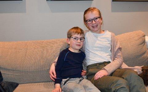 MÅ HA BRILLER: Tobias Andersen Roberg (4) og Amalie Andersen Roberg (11) er begge avhengige av briller på grunn av sterk langsynthet og skjult skjeling.