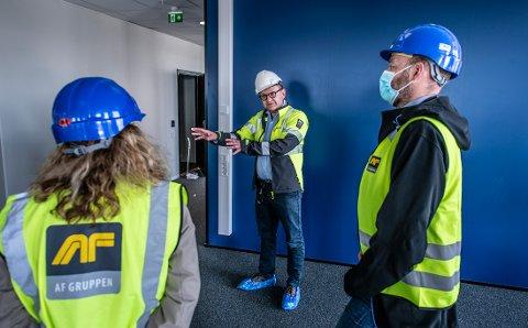 Øivind Kvammen i Værste AS er fornøyd med å fylle Dokka 6 med kunnskapsbedrifter og statlige etater. Her viser han representanter for Helfo rundt i deres nye lokaler.