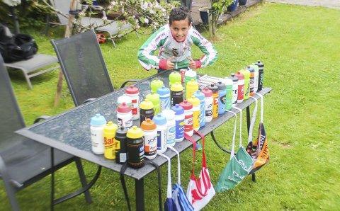 Drømmedag: Amir Tawfiq (10) fikk en drømmedag under Tour of Norway. Her står han med alle flaskene og bagene han samlet i løpet av den siste etappen av Tour of Norway. – Jeg fikk tak i flasker fra alle 21 lagene som var med, sier Amir.