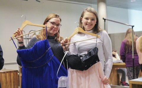 Selger kjoler med minner: Thea Josefine Granberg (18) (til venstre) og Henriette Myhrvold (17) benyttet Timeouts arrangement til å selge de flotte kjolene sine. – Tyllen tar opp mye skapplass, og vi får nok ikke brukt kjolene igjen, kunne de fortelle.