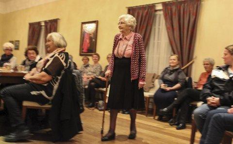 SPREK: 100 år gamle Liv Sandem, gikk manekeng under  CW Korteruds moteshow.