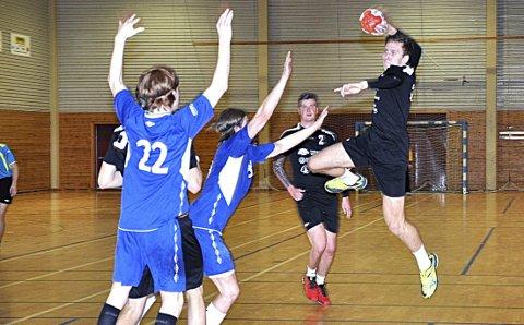 UNG STORSKYTTER: Askimingen Henrik Karlsen har nettopp fylt 17 år, men banket likevel inn seks mål og ble toppscorer på distriktets samarbeidslag i herrehåndball.