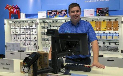 Butikksjef: Jostein Engmark (27) fra Knapstad er sjef på Clas Ohlson i Askim.