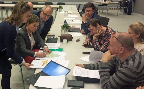TEGNER PÅ KARTET: Formannskapet i Eidsberg brukte senkvelden i går til å tegne og forandre på kartet for området Sekkelsten i Askim.