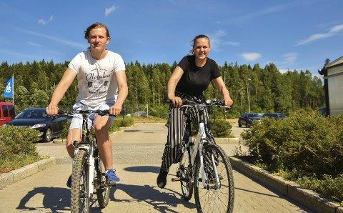 Innholdsrik sykkeltur: Elias Eide Skaslien og Sandra Bolstad legger ut på en utrolig sykkeltur på over 40 mil. Foto: Ole Solheim Salvesen