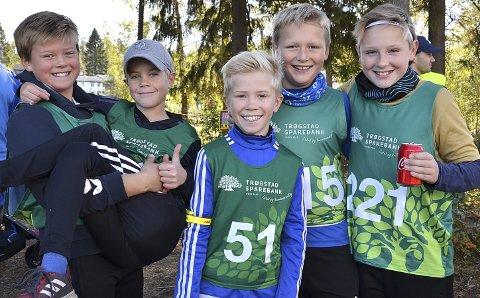 GLADE GUTTER: Felix Ekeberg (f.v.) løfter Simen Nøkleby. Videre Ole-Jakob Arnesen, Marinius Strengen Frøshaug og Lukas Raknerud Thorkildsen. De var fem av de rekordmange 173 som deltok i skogsløpet Mila i strålende høstvær.