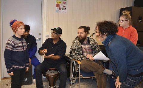 Joiker: Nathaniel Kvalvik-Hjelden får instruksjon av initiativtaker Rosa da Silva.