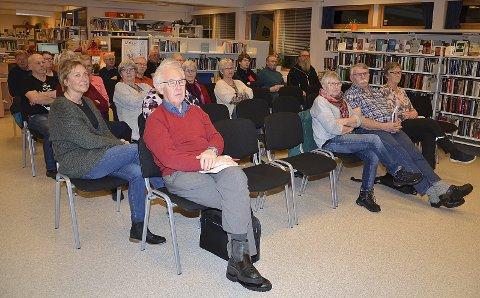 INTERESSERTE: De rundt 25 frammøtte i biblioteket fulgte konsentrert med på foredragene.