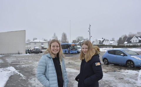 Frustrerte: Mari Solberg (17) og Nora Lorentzen (16) har fått nok av busstilbudet de blir tilbudt.
