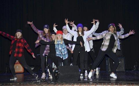 STREETDANSERE: Jentene i Drops Dance crew DDC viste flott streetdansing fra scenen.
