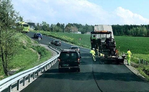 Her legges asfalt på fylkevei 115 mellom Svinndal og Nordby.