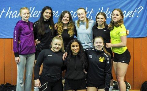 Venstre til høyre øverste rekke: Ingrid Fugleskjelle, Varvara Sulaiman, Isabella Kopperud, Kaja Kaas, Kari-Eline Lystad, Emma Klipper. Fremste rekke: Kine Hysestad, Lina Hussain og Hedda Kiserud.