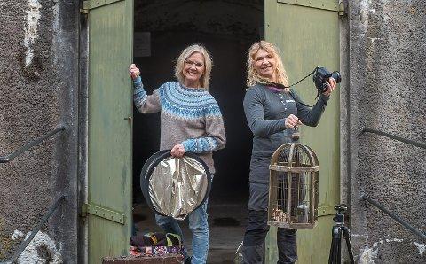 TRAFF BLINK: Tone Haugerud og Solveig Grande lokket fotointeresserte til kurs på Høytorp fort.